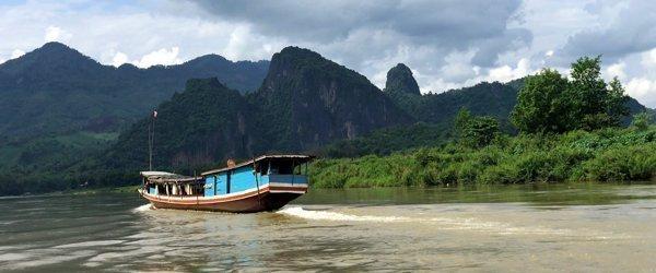 Varen op de Mekong tijdens een rondreis door Laos